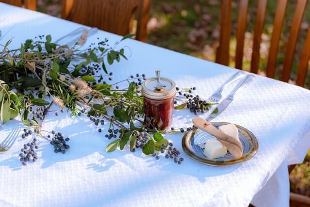 How far should a tablecloth hang over?